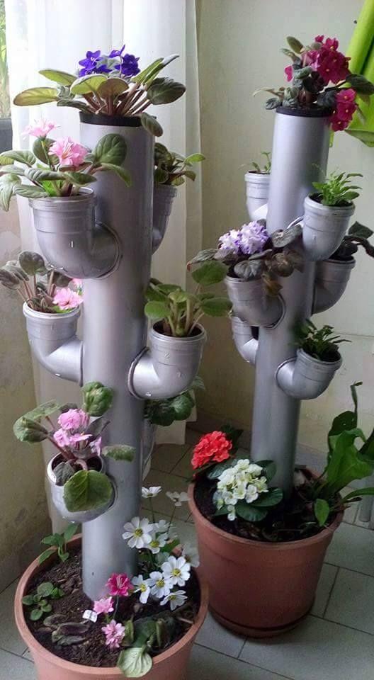 Uma boa ideia para quem mora em apartamentos ou não tem quintal e gosta de flores. Ainda pode pintar os canos de PVC com cores de sua preferência como prata como o da foto, azul, vermelho, verde, roxo,etc. Tubo e joelhos 100 mm.