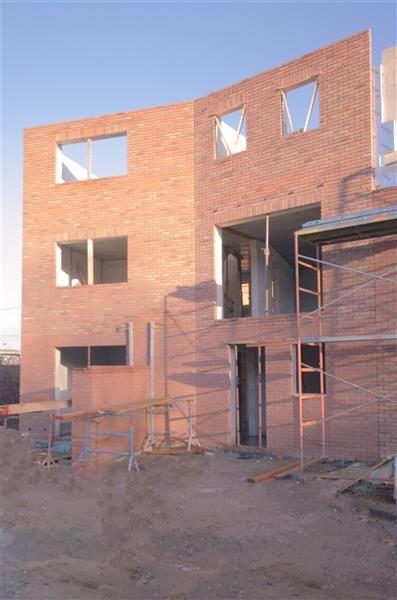 Marcinelle - Maison neuve de 180m², 4 ch, gar 2 voit, 2,8a - 205.000€ - Rue Henri Mommens 17, 6001 MARCINELLE - Marcinelle - Maison neuve 240m² bâtis bruts, 4 ch, gar. 2 voitures, ter. 280m². Choisissez un intérieur qui vous correspond ! PRESTimmo vous propose un bel-étage neuf en gros œuvre fermé de 180m² bâtis nets, complet béton (devis pour finitions obtenus) avec superbe terrasse et jardin SUD. Au cœur de toutes les facilités : à pied, 10 min de la gare Charleroi-Sud, de la station de…