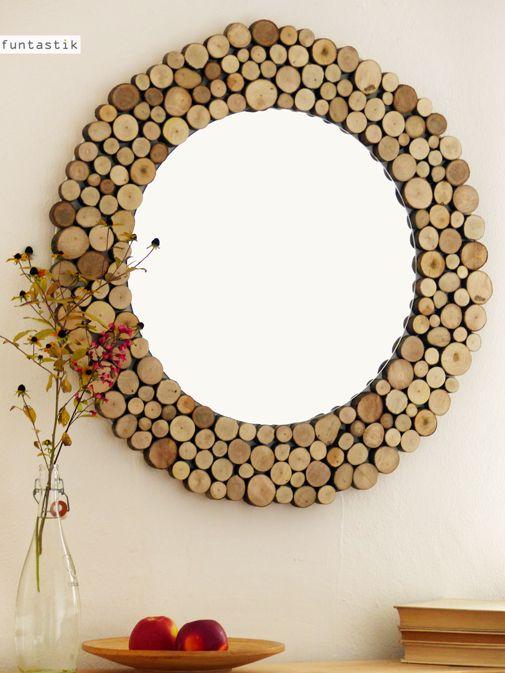 Zrcadlo Woody Kousek, který určitě zateplí a zútulní váš domov... Průměr kompletního zrcadla je 75cm (jen zrcadlo má průměr 49cm). K zavěšení je na zadní straně pevně přidělán řetěz (viz doplňkový obrázek).Dřevěné části jsou nalakovány bezbarvým matným lakem pro snadnou údržbu. Vše baleno v bublinkové folii s visačkami Funtastik. Toto zrcadlo již má ...