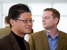 """""""Jerry Yang(à gauche) etDavid Filo(à droite), fondateurs de Yahoo!"""".. https://fr.m.wikipedia.org/wiki/Jerry_Yang_(homme_d%27affaires)"""