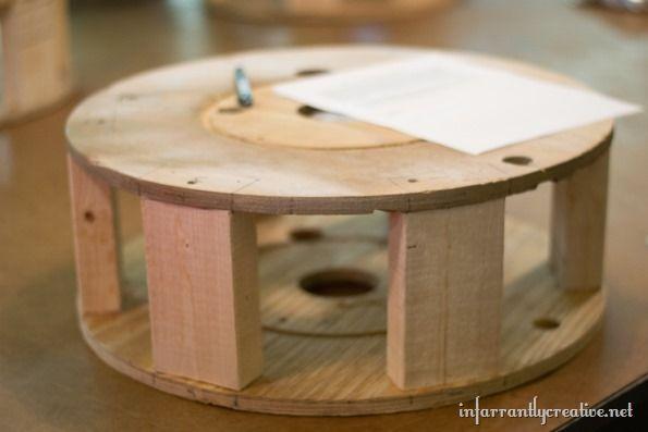 A gente já mostrou várias mesas feitas com carretéis de madeira aqui. Agora vamos mostrar com fazer um puff reutilizando um carretel de madeira. Para conseguir o seu carretel vá em lojas de material elétrico na sua cidade e pergunte se eles estão...