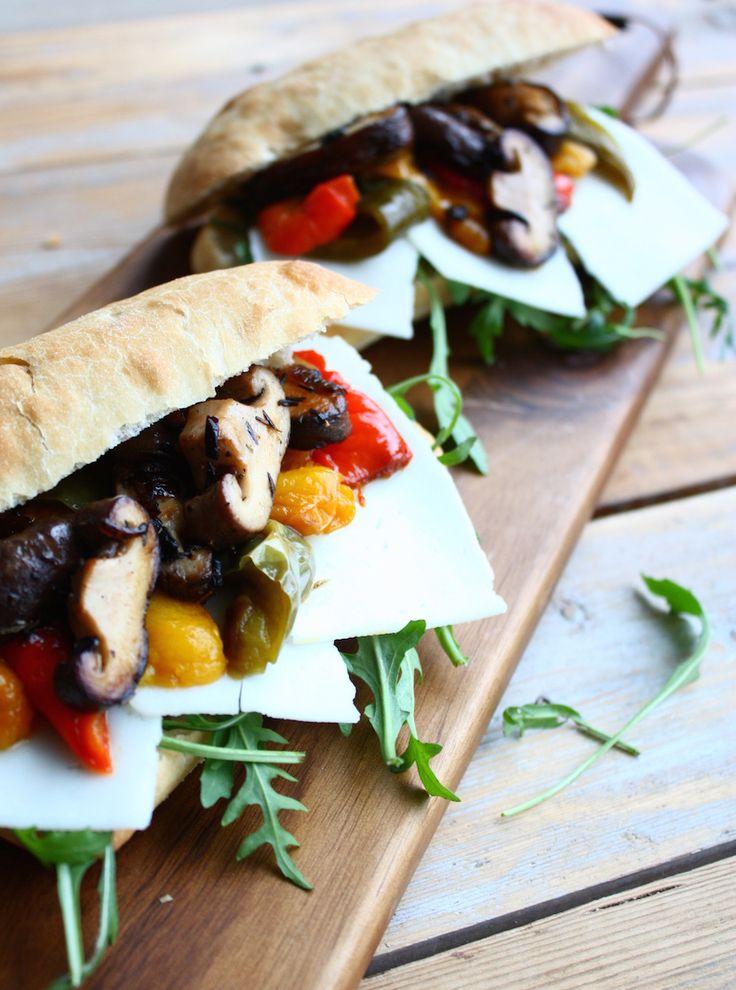 Broodje geitenkaas met geroosterde paprika, shiitake en rucola - Francesca Kookt