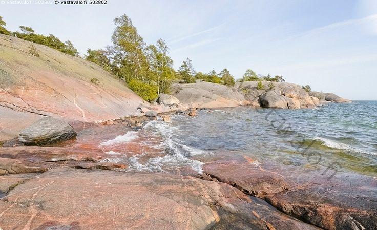 Kallio - Hanko Uusimaa rannikko itämeri aalto vesi meri kivi kivikko kallio rantakallio vaahto