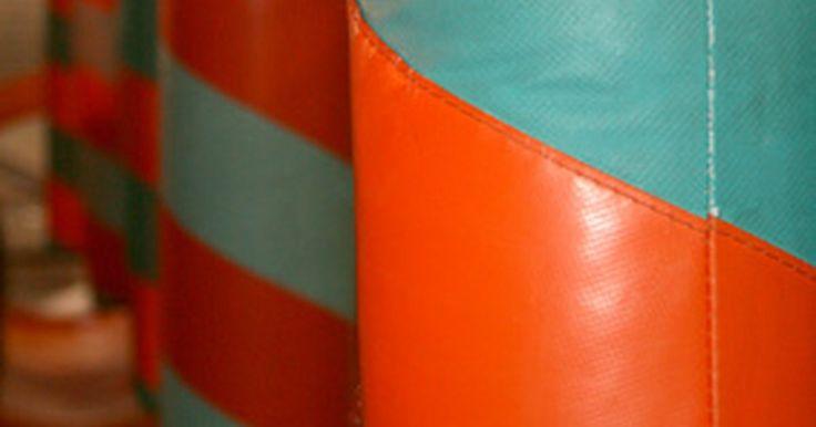 Como fazer seu próprio saco de pancadas. Exercitar-se com um saco de pancadas pode ser bem eficaz. Sacos de pancadas podem ser caros, mas você pode fazer o seu próprio com areia e alguns outros materiais, sem precisar costurar nada.