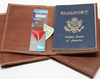 set de regalo de aniversario 3: 2 sostenedores del pasaporte cuero marrón hermosa hecha a mano en USA anagramas gratis! De la boda