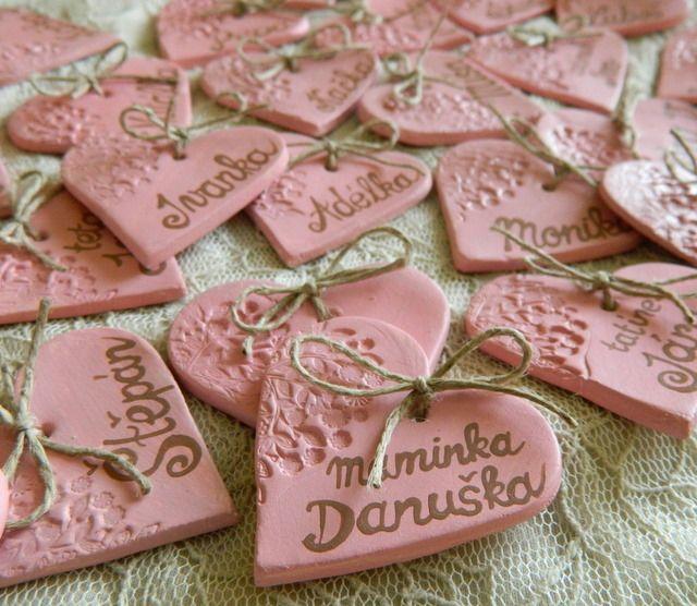 svatební jmenovky SRDÍČKA  Ručně vyrobené srdíčko z keramické hlíny zdobené raznicí a psaným textem. Slouží jako jmenovky na svatební stůl a zároveň jako DÁRKY PRO HOSTY, které si každý může odnést domů jako památku na svatbu. Srdíčka se vykrajují, orazí, schnou a poté přetírají lehce barvou. Je možno je upravit na přání - do barvy vaší svatby - ...