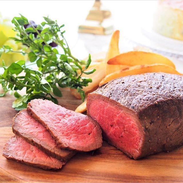 うまみがつまった牛かたまり肉の表面に、スパイスをまぶして香ばしく焼き上げたローストビーフ。食卓を華やかに演出するご馳走メニューです♪ ・ ・ ・ #ローストビーフ #かたまり肉 #牛かたまり肉 #塊肉 #牛塊肉 #ブロック肉 #牛肉 #牛 #肉 #赤身肉 #ビーフ #手作り #ご馳走 #おうちごはん #おうちパーティー #デリスタグラマー #イオン #AEON #beef #roastbeef #foodstagram #instafood #onthetable