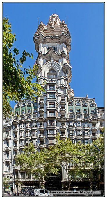 Palais Barolo, Buenos Aires Le Palais Barolo (Palacio Barolo) est un immeuble de 100 mètres de hauteur, construit en hommage à la Comédie de Dante. http://www.cityoki.com/fr/buenos-aires/decouvrir/palais-barolo