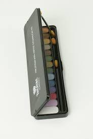 Theatre was een heel populair make up merk in de jaren tachtig. Voor de echte #eighties #makeup. Vooral deze doos met oogschaduw was een must have. Sommigen hadden er zelfs de kleur zwart inzitten (die ik later als Punkmeisje helemaal uitgehold heb).