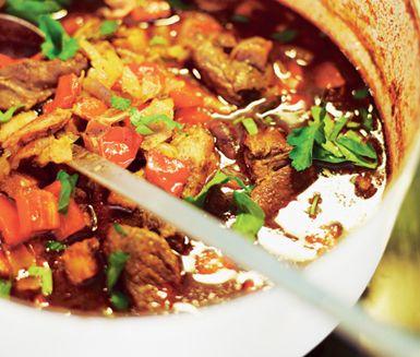 En het chiligryta med bönor och bacon som är utmärkt både till stora sällskap eller att frysa in i portionsformar. Den ljuva smaken på köttgrytan får du av bland annat kakao, chilipeppar och spiskummin. Servera med nykokt ris.