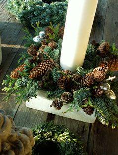 Rigtig mange af skovens materialer er perfekte til store og små dekorationer, uanset om du vil pynte op i det fri eller i huset. Så en tur i skoven er absolut et must og du skal kigge efter kogler i mange størrelser, smukke og dekorative grene, der gerne må ha' lav på. Mos er næsten uundværlig når der skal pyntes op til jul, så den skal du også havde med hjem. Fyld roligt et par håndfulde bog eller flere i kurven, de er nemlig super dekorative.