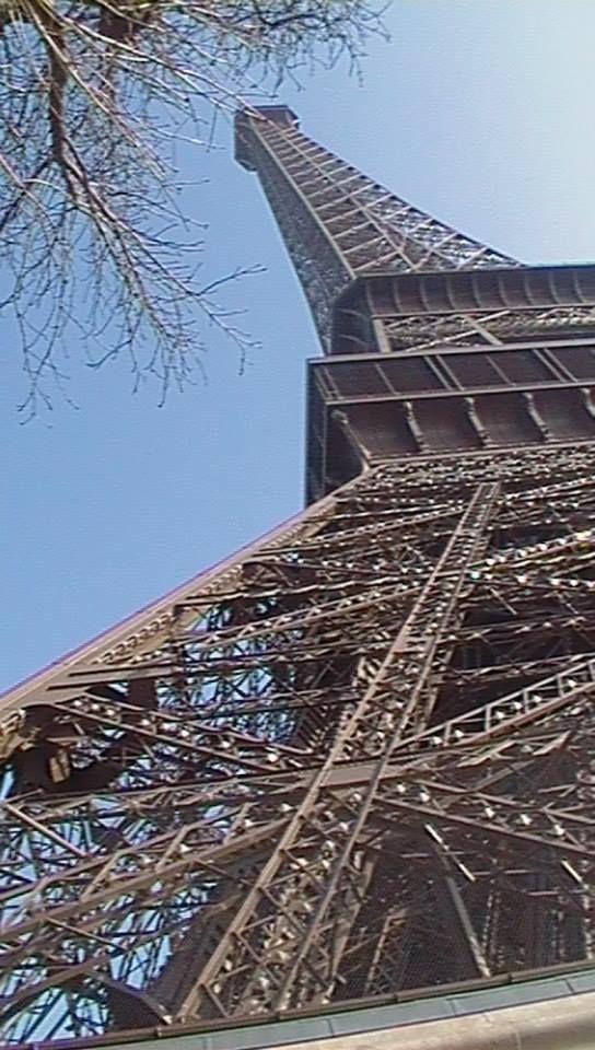 ai piedi della Tour Eiffel