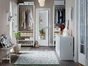 Vestíbulo con soluciones de almacenaje desde el techo hasta el suelo: estantes, barras y postes para ropa, bolsos y zapatos, todo en blanco, complementado con dos cómodas blancas y un banco de abedul macizo tintado de blanco.
