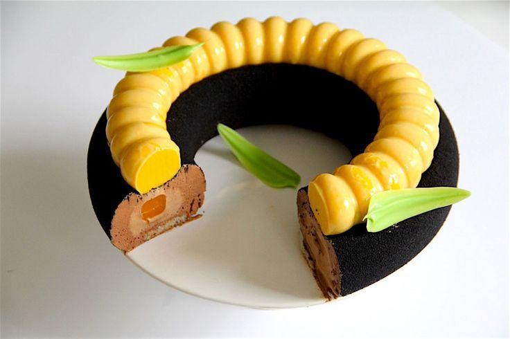 Biscuit Noisette, coulis de mangue, crémeux de chocolat au lat, crémeux de mangue et  mousse au chocolat noire.