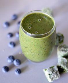 Voor powerfood op de vroege morgen maak je deze boerenkoolsmoothie met blauwe bessen. Boordenvol vitamine C, A en K, dus ook nog eens heel gezond!
