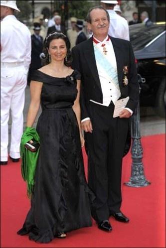 Portugal's Duke of Braganza Duarte Pio and Isabel de Heredia. As calcas dele estao largas de mais parece um palhaco e ela parece uma velha. Falta de estilo que tristeza