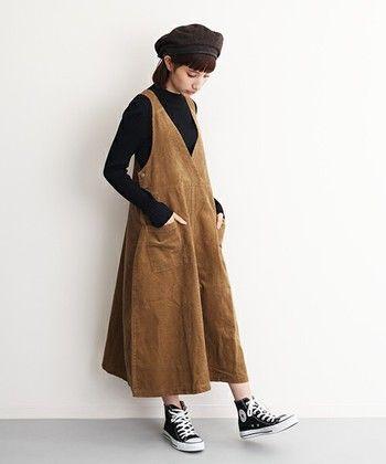 スカートタイプのコーデュロイサロペット。深めのVネックカシュクールなので、すっきりとして大人っぽい雰囲気です。