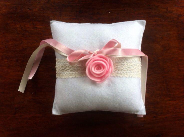 Cojin para las argollas hecho en fieltro a mano.  http://novias.blum.com.co/productos/ Cel o Whatsapp 3105802725