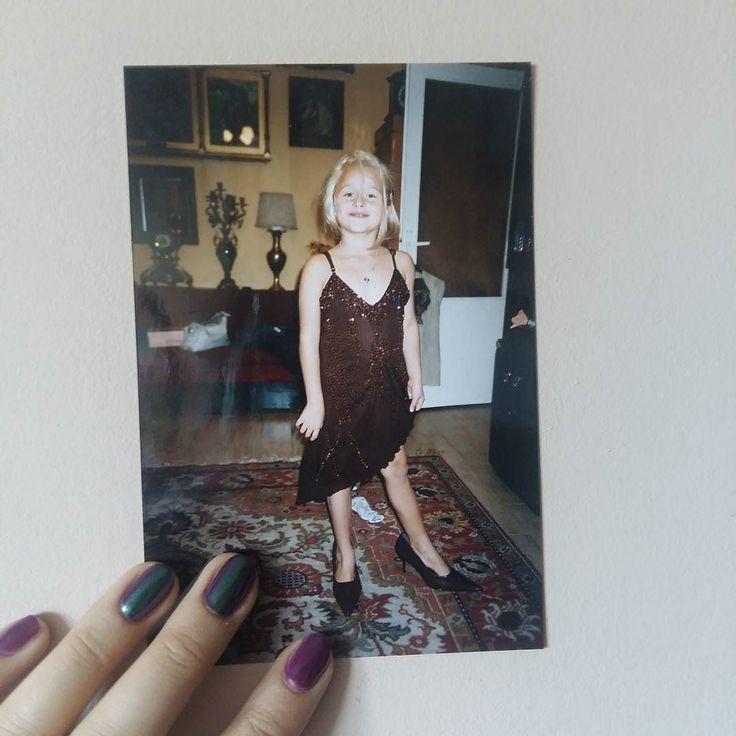 To co lubiłam najbardziej - podkradać sukienki i buty na obcasach.  #małaMaja . . .  _______ #childhood #child #dziendziecka #girl #girlspower #dziecko #dziewczynka #polskadziewczyna #polishgirl #nails #fashion