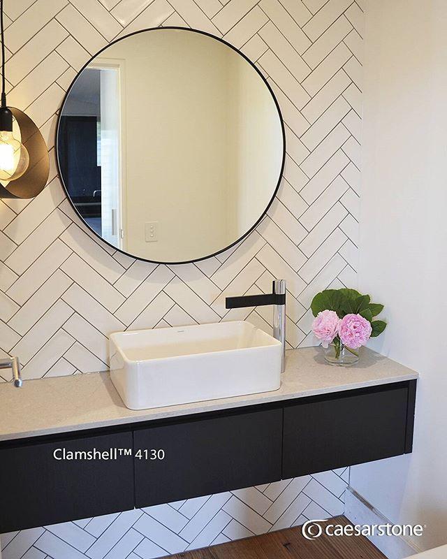 Esta baño nos encanto por toda la combinación de texturas dentro de el incluyendo nuestra cubierta de cuarzo Clamshell™ para la meseta.  #caesarstone #caesarstonemx #bañosmodernos #tendencias #tendencias2016 #ideas #ideasparalacasa #baños #cuarzo #cubiertasdecuarzo #encimeras #marmol #granito #ambientes #quartz #archdaily #archdailymx #arquitectura #arquitecturamx #remodelacion #construccion #interiorismo #interiorismomx #interiorismomexico #diseño #diseñointerior #quartzcountertops #marble…