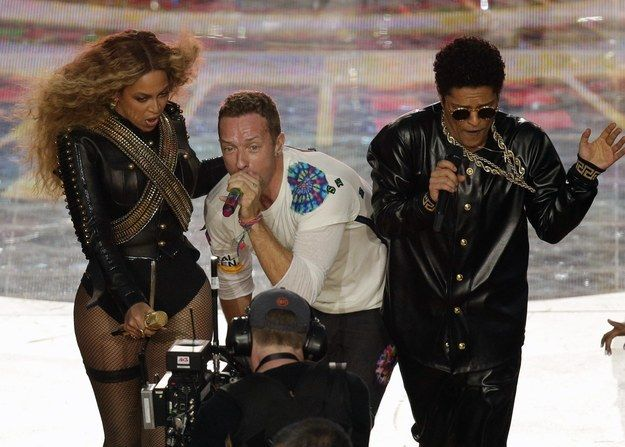 Beyoncé and Bruno Mars stole the show during Coldplay's halftime performance. | Broncos Beat Panthers 24–10 In Super Bowl 50 - BuzzFeed News