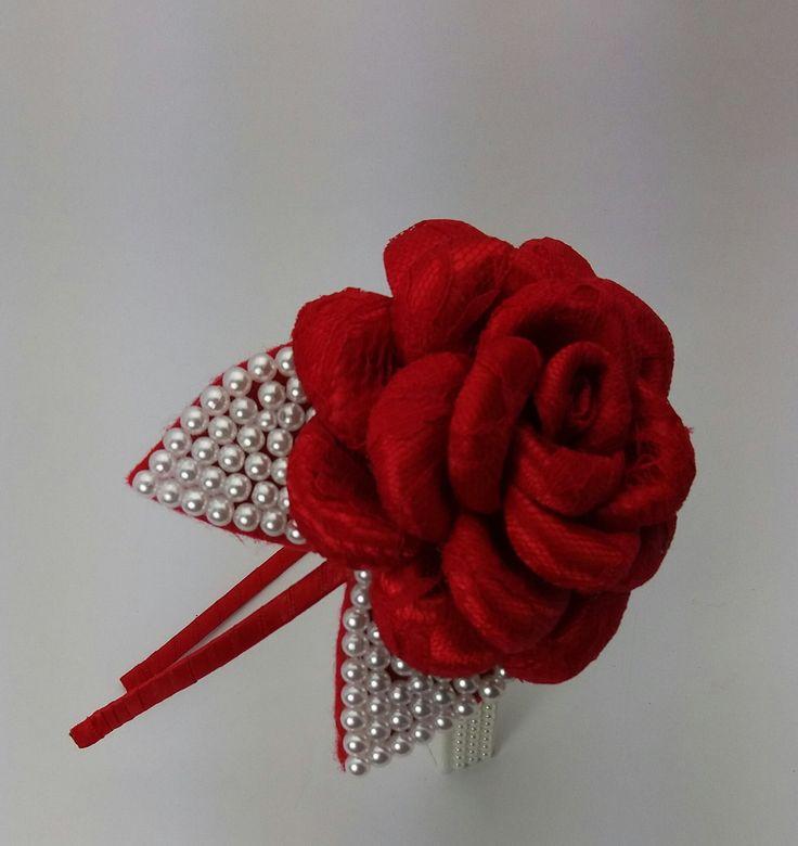 Lindo arco flor boleada com cetim e renda com 2 folhas de pérolas também pode ser feita em faixa de elástico,  flor pode ser feita em outras cores .