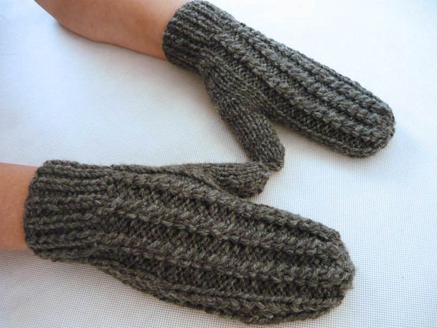 Soft and warm wool mitts, hand knitted. In gray. One size fits all. #MariAndAnnieArt