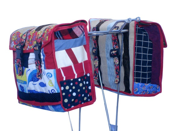 Alforges feitos com retalhos de tecidos feitos para bagageiros de bicicletas. Forrado com napa e acabamento com viéz, fecho de acrílico. Regulagem de acrílico para prender no suporte. R$150,00