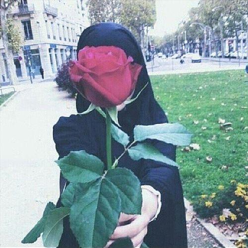 Hasil gambar untuk mencium bunga muslimah