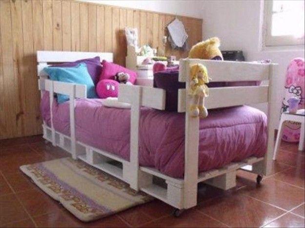#LettinoBambini Levigate bene il legno con carta abrasiva per avere un risultato liscio come la seta a prova di bambino. Utilizzate i bancali come base e come struttura. Con semplici mosse realizzerete un letto simpatico e completamente ecosostenibile.