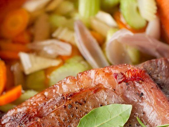 Rinderbraten im Römertopf gegart ist ein Rezept mit frischen Zutaten aus der Kategorie Rind. Probieren Sie dieses und weitere Rezepte von EAT SMARTER!