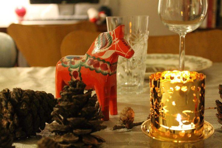 Julebordet dækket med engelsk fajance, gamle krystalglas, forskellige kogler, gamle svenske dala heste og Georg Jensen lysestager.