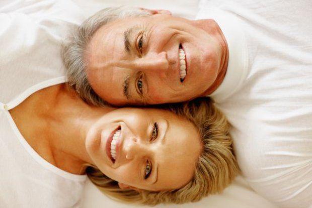 Młodość kończy się w okolicach 55. roku życia - pokazują brytyjskie badania. Dopiero wtedy, zdaniem większości pytanych, wkraczamy w wiek średni. Starość? To okolice 70-tki, ale i tak wiele zależy od stanu umysłu. Granica wyznaczająca wiek średni i starość przesuwa się w górę - wynika ze statystyk.