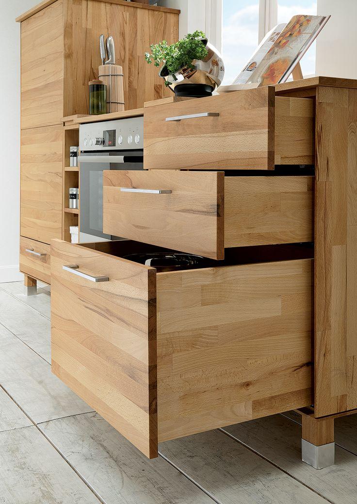 """Der variantenreiche Küchenunterschrank von """"Culinara"""" wird aus massivem Kernbuchenholz gefertigt, wobei die Arbeitsplatte aus Buchenholz besteht. In diesem Schrank findet alles seinen Platz - vom Besteck bis zur Pfanne. Durch eine Softclose-Dämpfung schließen die Schubladen sanft und leise."""