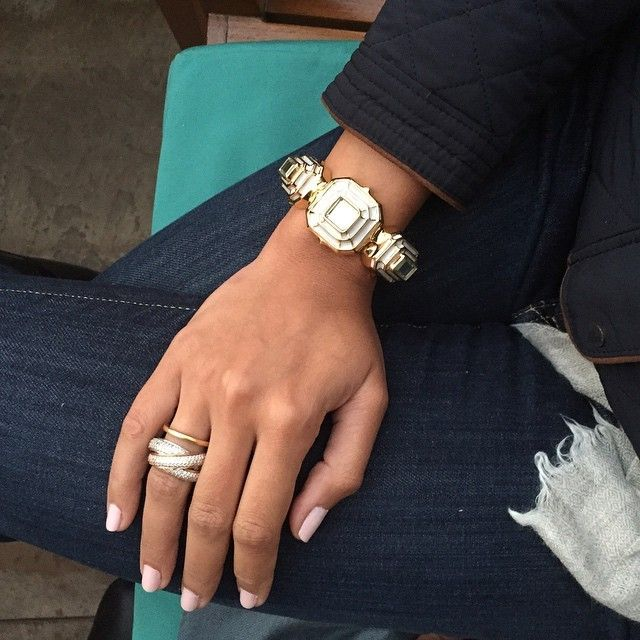 [Simple Statements] ISHARYA fan Gauri Nayar adds a White Hampi statement cuff to casual skinny jeans for an effortlessly chic look.