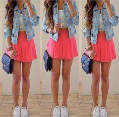 Ella lleva una falda rosa, un bolso negro y zapatos blancos. La falda cuesta veinticuatro dólares. El bolso cuesta ochenta dólares. Los zapatos cuestan veinte dólares.