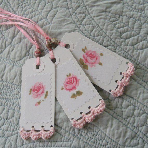 Con rosas aplicadas o pintadas y borde a crochet
