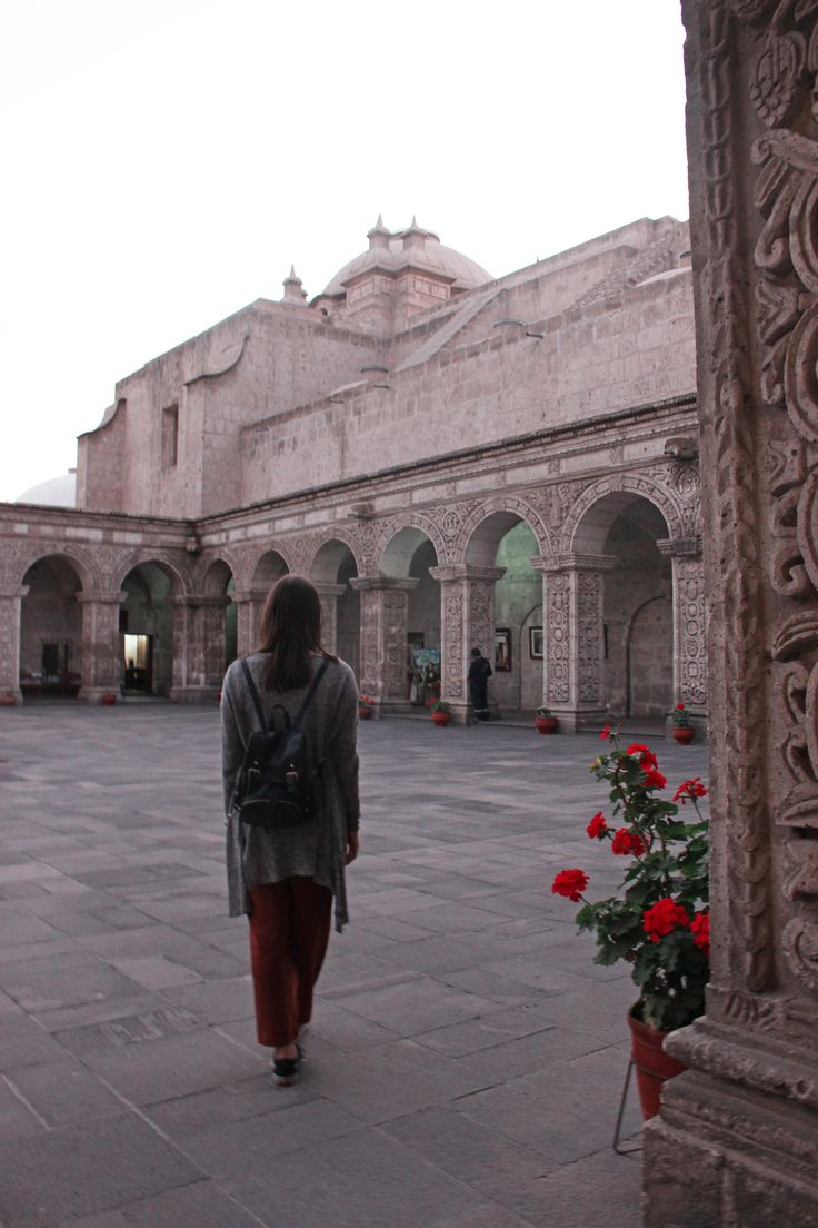 A guide with the best things to do in Arequipa in one day. Find out more about the city's main attractions, where to stay, tours from Arequipa and more. Hostels, Stuff To Do, Things To Do, Colonial Mansion, Night Bus, River I, Peru Travel, White City, Inca