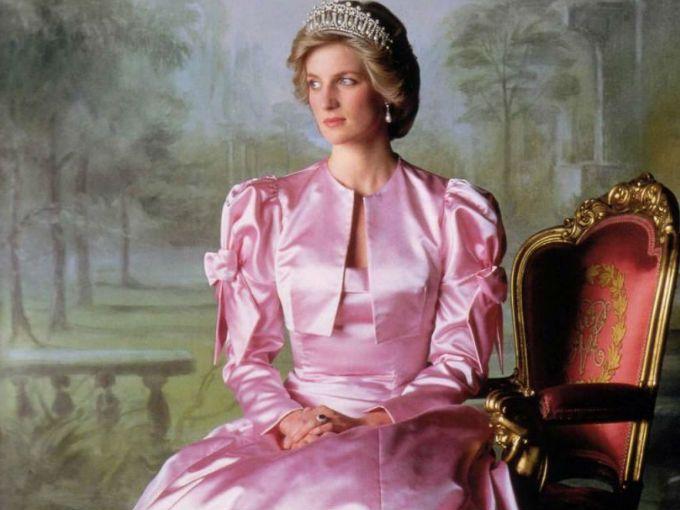 Diana, princesa de Gales, nació siendo Diana Frances Spencer, en Norfolk, el 1º de Julio de 1961. Fue la hija menor de John Spencer, VIII conde de Spencer, y de Frances Ruth Burke Roche.  Todos la conocimos como Lady Di, nombre que adquirió al convertirse en la primera esposa del Príncipe Carlos de Gales. Juntos tuvieron a los príncipes Guillermo y Enrique. Al divorciarse de Carlos, perdió la condición de Alteza Real, aunque conservó el título de Princesa.
