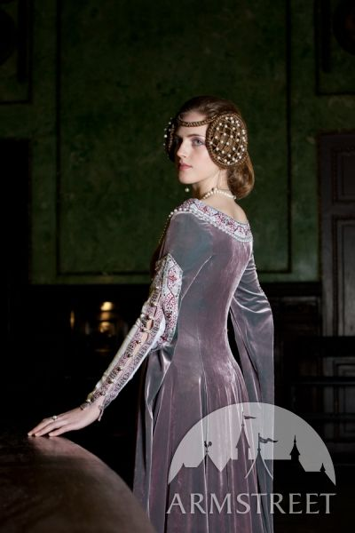 Exclusive medieval velvet dress with chemise, Love the dagged sleeves here, gorgeous trim.