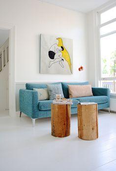 Home design ideas / Home inspirations |  Teal living room decor with a blue sofa.