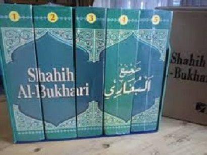 Tidak diragukan lagi bahwa kitab Shahih Al Bukhari merupakan kitab hadits paling otentik di muka bumi ini.  Penulisnya, Imam al-Bukhari -rahimahulloh- , hanya mencantumkan hadits-hadits shahih di dalamnya dengan syarat-syarat periwayatan (yang begitu ketat. Bahkan, untuk memantapkan pilihannya beliau tidak segan-segan untuk shalat Istikharah dua rakaat setiap akan mencantumkan haditsnya di kitabnya itu sebagai bukti keseriusan dan pertanggungjawaban beliau di hadapan Alloh Subhanahu Wa…
