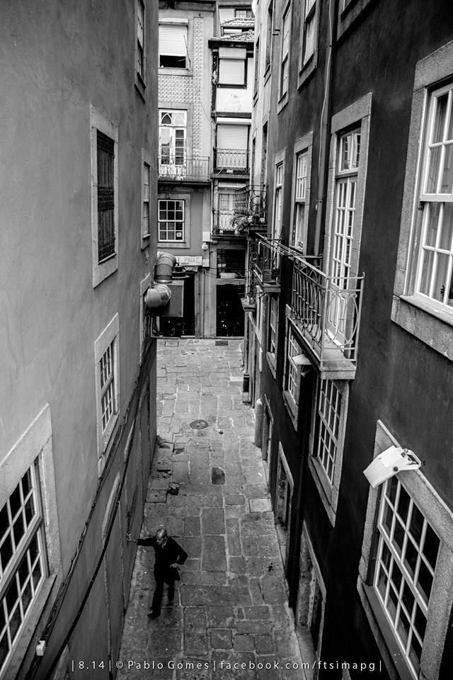"""""""Entre paredes"""" / """"Between the walls"""" [2014 - Porto / Oporto - Portugal] #fotografia #fotografias #photography #foto #fotos #photo #photos #local #locais #locals #europa #europe #pessoa #pessoas #persona #personas #people #cidade #cidades #ciudad #ciudades #city #cities #street #streetview @Visit Portugal @ePortugal @WeBook Porto @OPORTO COOL @Oporto Lobers"""