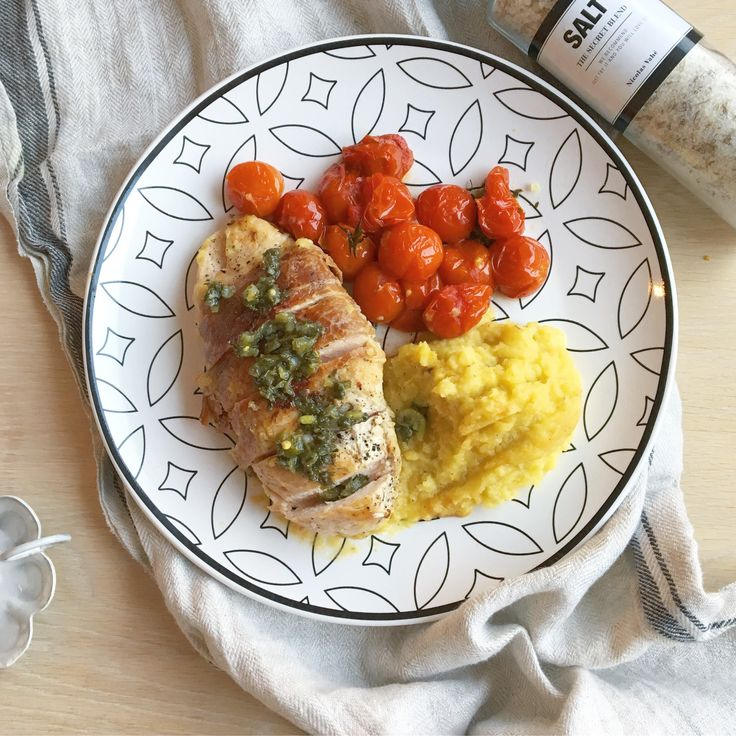 SÅ enkelt og SÅ godt? Oppskrift: Bakte tomater Dryss litt olivenolje og havsalt over tomatene før de bakes i ovn på 200 grader i ca 30 minutter. Rotmos Jeg brukte ca 2 pastinakk, et par gule beter og et hode blomkål til denne. Bruk gjerne andre rotfrukter også. Noen fedd hvitløk er også godt. Kok opp i kraft (om du har, evt vann med litt fond/buljong) til alle rotfruktene er møre. Hell av kraften og la dampe under lokk med …