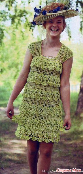 . Салатовое платье с оборками.