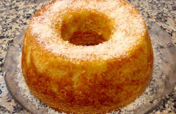 This Portuguese coconut and pineapple cake (bolo de coco e ananás) is sure to please family and friends.