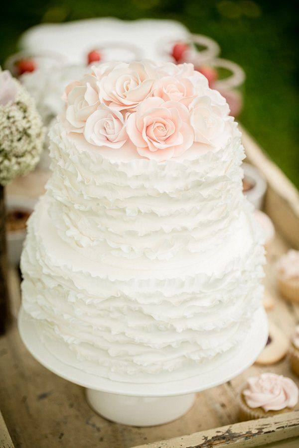 Romantic rustic inspiration with a chic white #wedding #cake