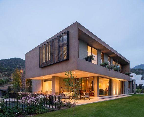As Fachadas Dinâmicas Sliding e Folding Screen foram aplicadas à Casa G, no Chile, para controlar a incidência de raios solares nos cômodos.