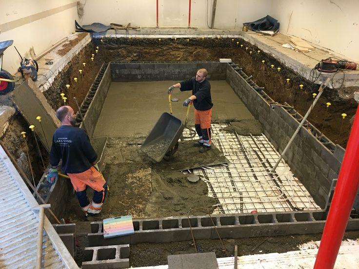 Den store betonpool er gravet ud og opbygningen påbegyndt af entreprenør Lars Voss.