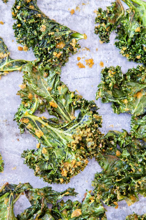 Cheesy Kale Chips Recipe, what is nutritional yeast, the health benefits of it and how to use it